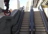 Mit dem Einrad die Rolltreppe zerstören