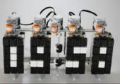 Eine Uhr mit Digitalanzeige mit Lego gebaut