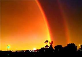 Doppelregenbogenkuppel kombiniert mit einem Gewitter