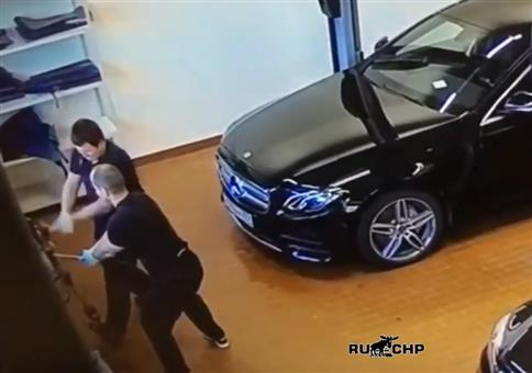 Werkstatthammer und der neue Mercedes