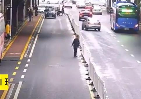 Neulich auf der Straße: Er nimmt jede Hürde
