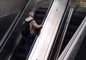 Rolltreppe am Bahnhof nehmen