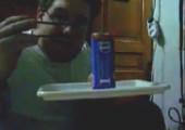 Getränkedose mit Stäbchen öffnen