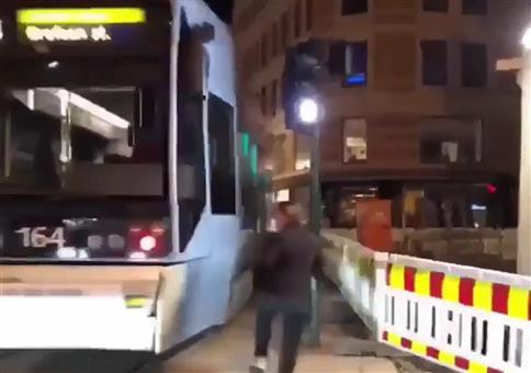 Der Straßenbahn hinterherrennen