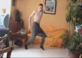 Benny beim tanzen im Wohnzimmer