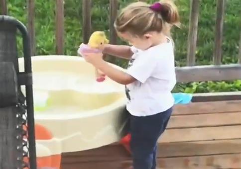 Mädchen badet ihr Puppe