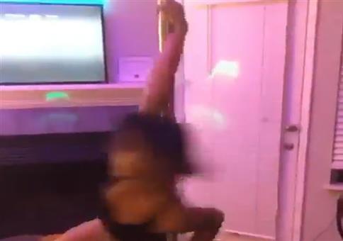 An der Stange im Wohnzimmer tanzen