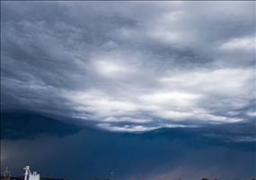 Wolken bewegen sich wie Wellen