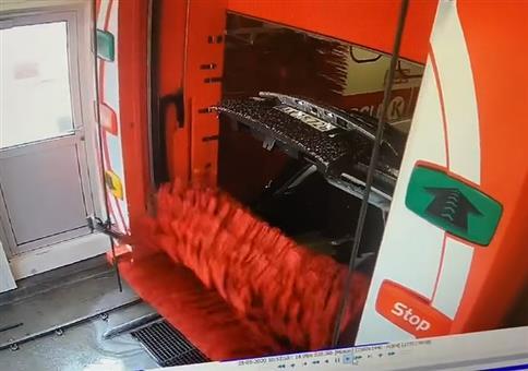 In der Waschanlage die Kofferraumklappe offen gelassen