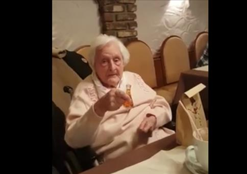Oma trinkt Wodka - Prost und Heil...