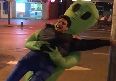 So helft ihm doch! Er wird gerade von einem Alien entführt!