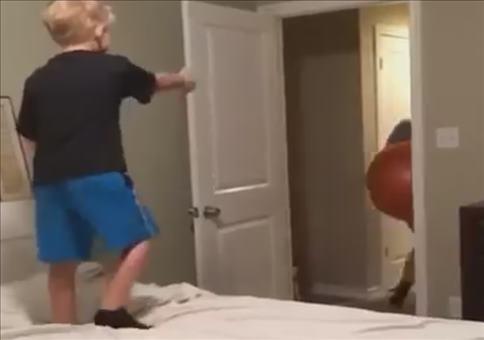 Wenn Kinder mit Gymnastikbällen spielen