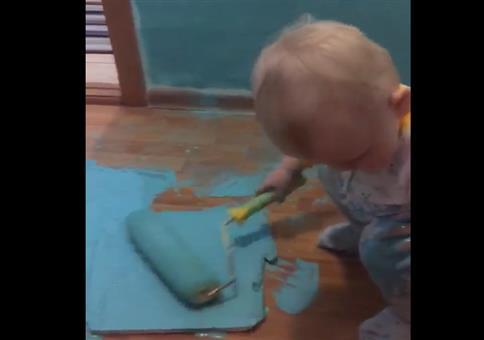 Kleiner Mann streicht die Wand blau