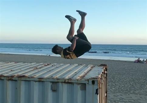 Das war kein Zentimeter: Sprung vom Container