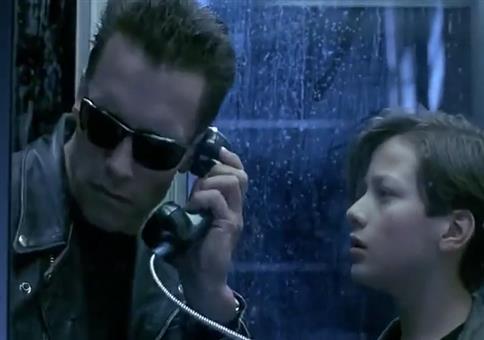 Der Terminator telefoniert mit Flat Eric