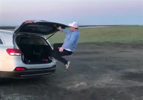 Gekonnt in den Kofferraum springen