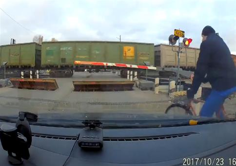 Knappe Sache am Bahnübergang