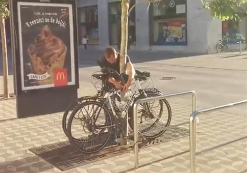 Einen Fahrraddieb auf frischer Tat ertappt