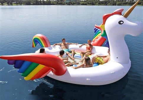 Das riesige aufblasbare schwimmende Party-Einhorn