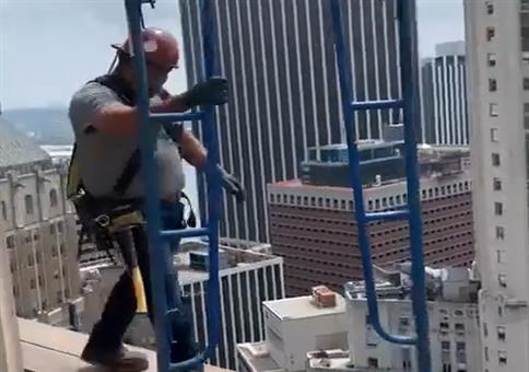 Wichtig: Auf der Baustelle immer einen Helm tragen!