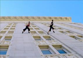 Tanzen an der Hochhausmauer
