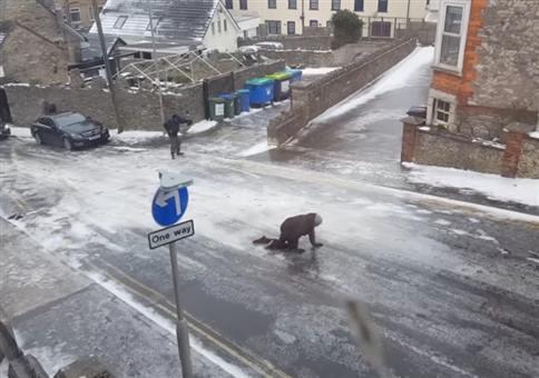 Fußgänger kämpfen mit glatter Straße