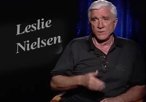 Leslie Nielsen hat starke Flatulenzen beim Interview