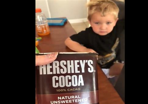 Er möchte unbedingt ungesüßten Kakao kosten