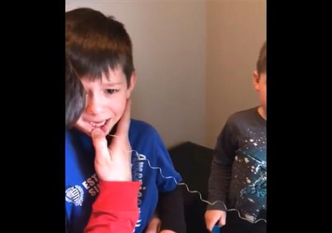 Zahn ziehen und der kleine Bruder hilft