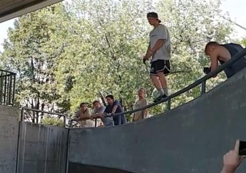 Sprung aufs Geländer vom Profis ausgeführt