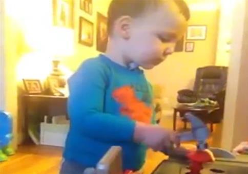 Ein junger kleiner Handwerker