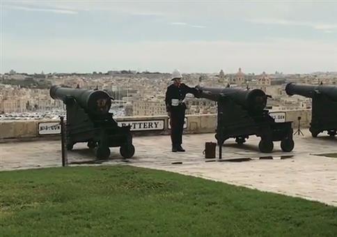 Mit Kanonen auf Spatzen in Valletta