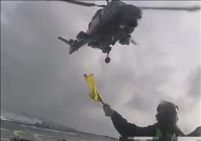 Hubschrauber landet bei starkem Wellengang