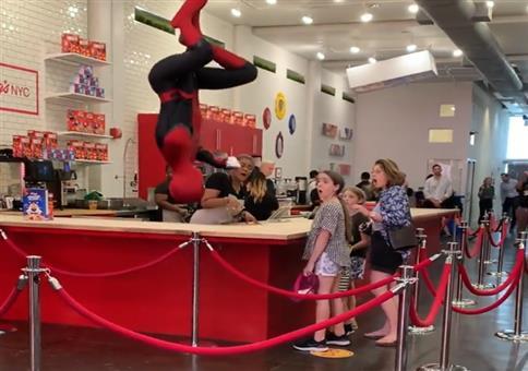 Spiderman von der Decke
