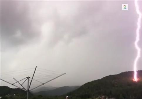 Plötzlicher Blitzeinschlag direkt neben der Terasse