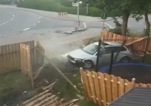 Blondinen begehen Fahrerflucht
