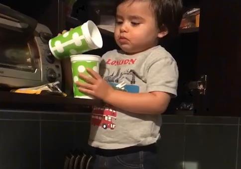 Kluges Kind beim Milcheinschütten