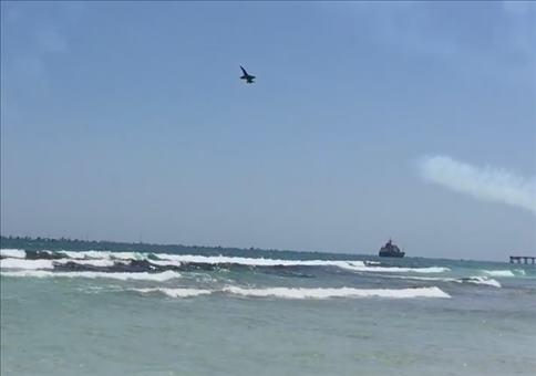 Jets fliegen über Badestrand
