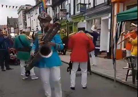 Endlich mal ne Marching Band, die richtige Party Musik spielt