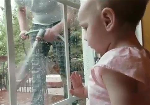 Wenn der Papa von außen die Fenster abspritzt