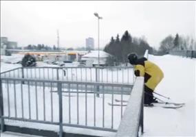 Mit Ski das Treppengeländer runter
