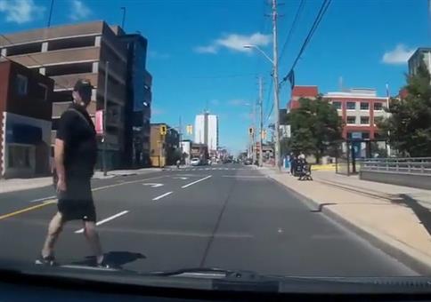 Instant Karma: Die Straße ganz gemächlich überqueren
