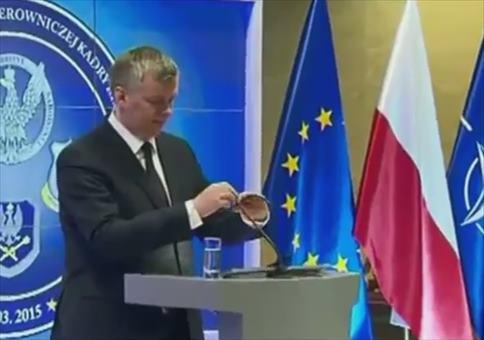 Polnischer Minister am Rednerpult