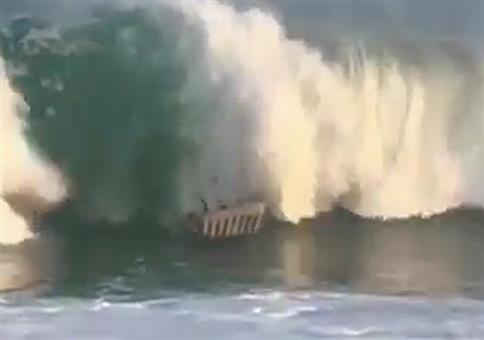 Mit einer Luftmatratze die Welle reiten