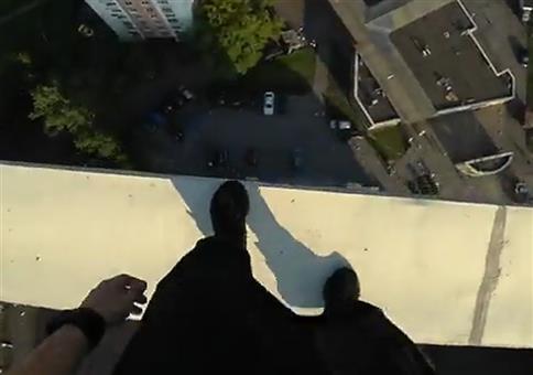 Das war knapp: Springend über die Dächer