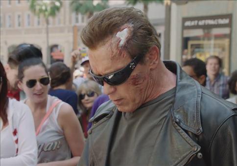 Arnold Schwarzenegger als Terminator unterwegs