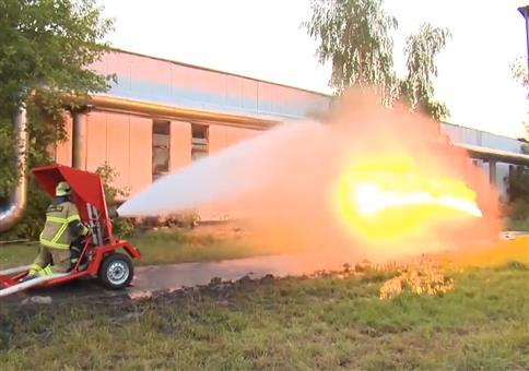 Wasserwerfer VS Flammenwerfer