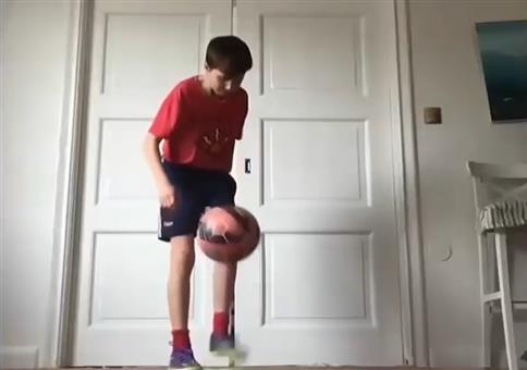 Er zeigt euch seinen krassen Fußball Skills
