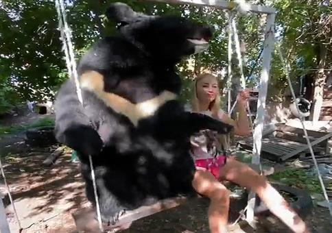 Mit deinem Bären auf der Schaukel