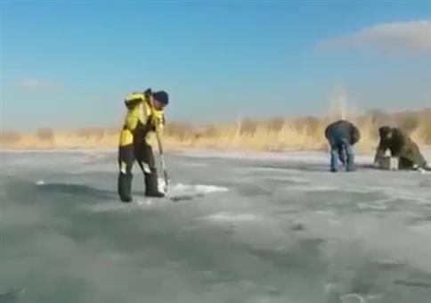 Leichtes Eisfischen in Russland